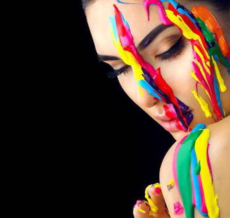 Beauty-Modell Mädchen mit bunten Farbe auf ihrem Gesicht . Porträt der schönen Frau mit flüssigen Farbe isoliert auf schwarz Standard-Bild - 94971039