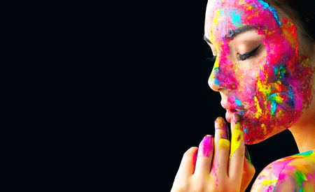 Schoonheids modelmeisje met kleurrijke verf op haar gezicht. Portret van mooie vrouw met stromende vloeibare verf die op zwarte wordt geïsoleerd