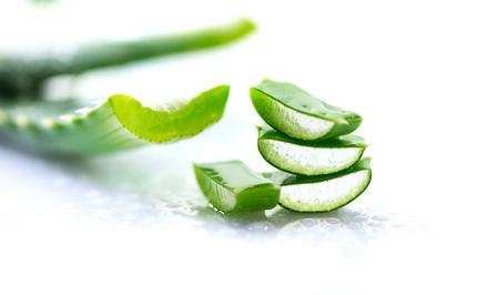 Aloe Vera Nahaufnahme. Geschnittene natürliche organische Erneuerungskosmetik Aloevera, Alternativmedizin. Bio-Hautpflege-Konzept. Auf weißem Hintergrund aus Holz Standard-Bild - 96466676