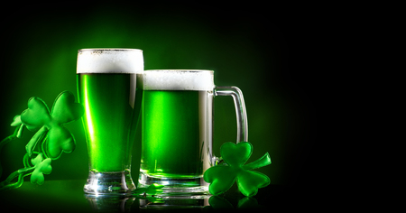 St. Patrick's Day. Groen bier pint over donkergroene achtergrond, versierd met klaverbladeren. Traditioneel Iers festival Stockfoto - 97208597