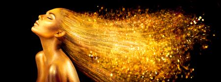 Mode-Modellfrau in den goldenen hellen Scheinen. Mädchen mit goldener Haut- und Haarporträtnahaufnahme. Glänzendes Berufsmake-up des Feiertagszauber auf Schwarzem Standard-Bild