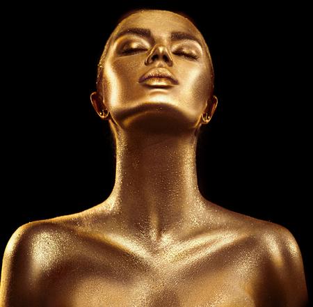 Moda arte piel dorada mujer retrato closeup. Oro, joyas, accesorios. Chica modelo con maquillaje brillante glamour dorado