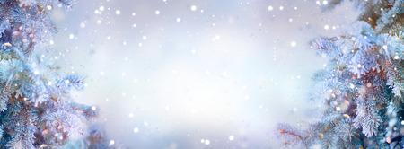 Kerst vakantie bomen. Grens sneeuw achtergrond. Sneeuwvlokken. Blauwe spar, mooie kerst en nieuwjaar kerstbomen kunst design, abstracte blauwe breedbeeld achtergrond