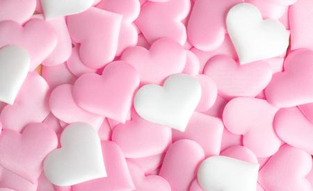 Día de San Valentín. Fondo de San Valentín rosa abstracto de vacaciones con corazones de satén. Concepto de amor