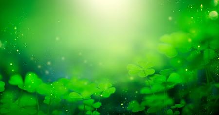 Día de San Patricio verde fondo borroso con hojas de trébol. Patrick Day. Diseño de arte abstracto de la frontera. Telón de fondo de naturaleza de trébol mágico