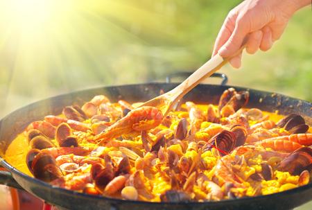 Paella traditionelles spanisches Essen, Paella mit Meeresfrüchten in der Pfanne mit Muscheln, Riesengarnelen, Langustinen und Tintenfischen Standard-Bild
