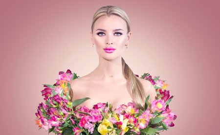 Beauty blonde model girl in summer dress made from colorful fresh flowers. Banque d'images - 123093473
