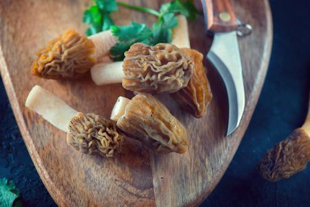 Kochen von Morcheln. Essbare köstliche Pilze, Morcheln im Frühjahr auf einem Tisch, Nahaufnahme. Morchel. Verpa bohemica