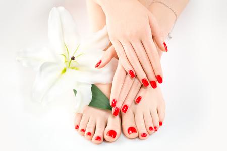 스파 살롱에서 매니큐어와 페디큐어. 스킨케어 개념입니다. 아름다운 손톱을 가진 건강한 여성의 손과 다리