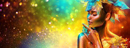 Golden Fashion Model Frau mit hellen goldenen Scheinen auf der Haut posiert, Fantasieblume, Porträt des schönen Mädchens leuchtendes Make-up. Kunstdesign goldene Pailletten bilden. Glitzernde Haut, Schmuck, Neon