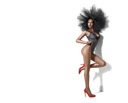 Chica modelo de belleza en traje de baño, traje de baño. Mujer delgada posando en blanco Foto de archivo