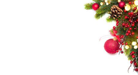 Rote Weihnachts- und Neujahrsgrenze Dekoration, isoliert auf weißem Hintergrund. Grenzkunstdesign mit Weihnachtskugeln. Schöne Weihnachtsbaumnahaufnahme verziert mit Kugeln, Girlande, Lametta. Ansicht von oben, flach
