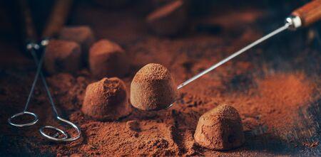 Homemade fresh truffle dark chocolate candies with cocoa powder made by chocolatier. Zdjęcie Seryjne