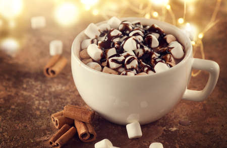 Hot Chocolate with Marshmallow and topping.  Marshmallows in a Cup of Hot drink closeup. Concept of winter time, Christmas holidays Standard-Bild