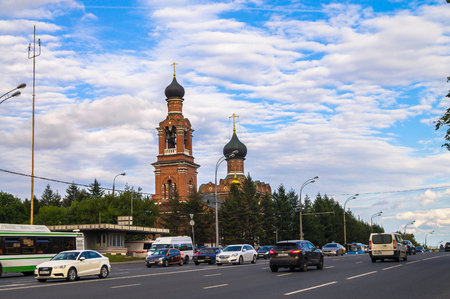 MOSCOW, RUSSIA, AUGUST, 27.2017: City traffic on the Volokolamsk highway in front of the Savior Transfiguration Church in Tushino. Standard-Bild - 107819183