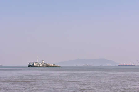 A island situated in the middle of the ocean near Mumbai Banco de Imagens