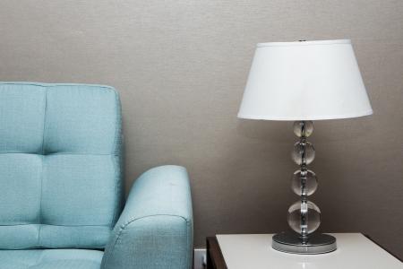 muebles de oficina: l�mpara de mesa y sof� Foto de archivo