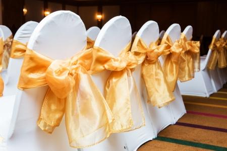 黄色と金色の結婚式の椅子の背面 写真素材