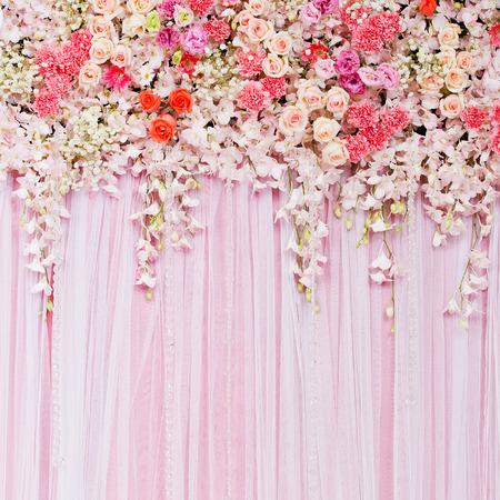 mujer con rosas: Hermoso fondo de flores para la escena de la boda Foto de archivo