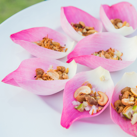 flower leaf: Mix fried rice contained in lotus flower leaf