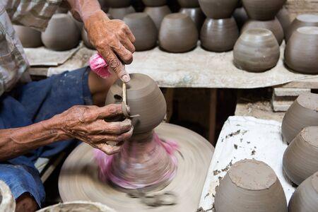 manos sucias: manos sucias haciendo cer�mica en arcilla en el torno