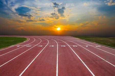 deportista: Atleta de pista o Pista de atletismo con una bonita panorámica Foto de archivo
