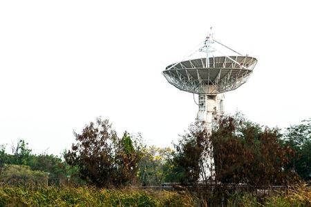 antena parabolica: Antena parabólica en el cielo y en barbecho blanco Foto de archivo