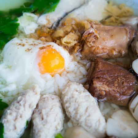 guadaña: gachas de arroz con carne de cerdo y huevo