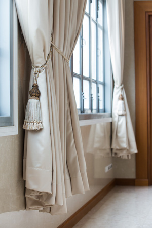 クラシックなスタイルのベージュのカーテン。インテリア