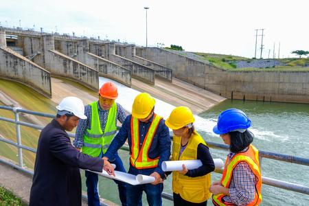 Das Ingenieurteam plant, den Staudamm zur Stromerzeugung zu entwickeln. Standard-Bild