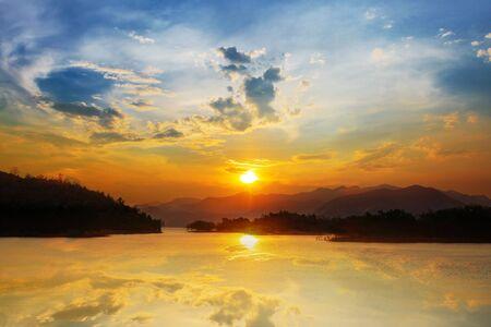 Sunset time at Kaeng-Krachan Dam, Thailand National Park Stockfoto