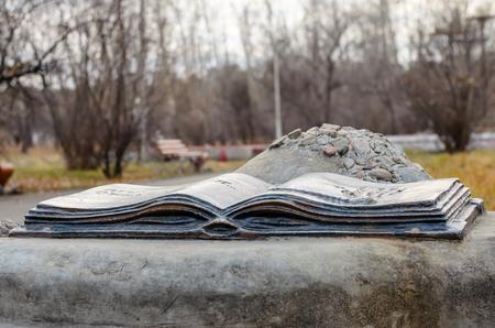 metal sculpture: Scultura di metallo in forma di un libro aperto con l'impronta del palmo della mano. Grants desideri.