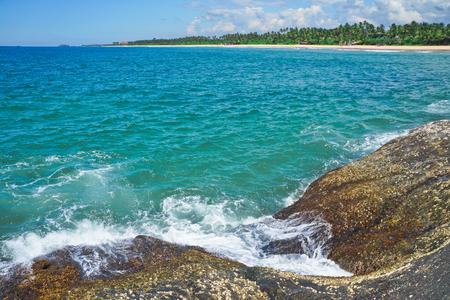 Indische Oceaan oppervlak zomer golf achtergrond. Exotisch water landschap met wolken op de horizon. Tropisch waterparadijs. Maldiven natuur ontspannen. Reis eiland resort. Onaangeroerd strand in Sri Lanka Stockfoto