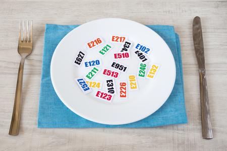 Aditivos alimentarios nocivos. Hay varias tablas con el código E-aditivos en la placa.