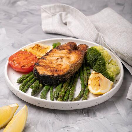 Grilled salmon with asparagus, broccoli and lemon. Standard-Bild