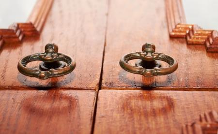 furniture hardware: Muebles antiguos hardware en el fondo de madera de cerca