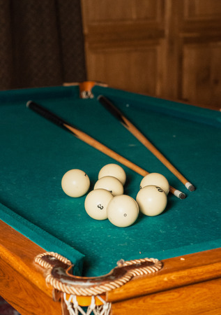 billiard cue and balls on a green table in high quality Banque d'images