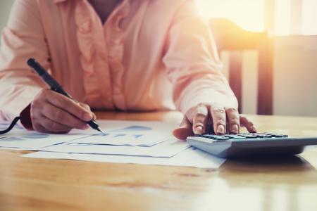 Femme d & # 39 ; affaires asiatique en utilisant une calculatrice pour calculer le ton vintage tone Banque d'images - 93807110