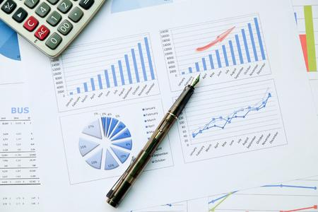 Scrivania con penna, rapporto di analisi, calcolatrice. vista dall'alto. concetto di analisi commerciale, analisi dei dati. Archivio Fotografico