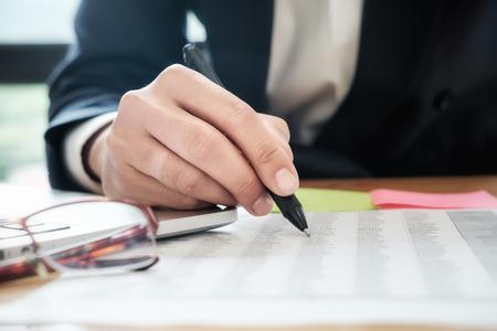 Geschäftsleute, die sich mit einem neuen Startup-Projekt treffen, verwenden Post-it-Notizen, um Ideendiskussionen und Analysedatendiagramme und -diagramme zu teilen. Geschäftsfinanzen und Buchhaltungskonzept