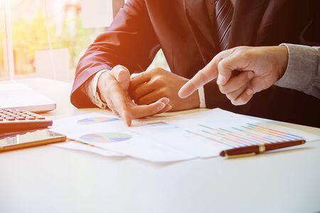 Powyższy widok człowieka biznesu omawiającego dane na spotkaniu