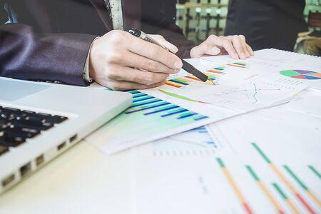 Asiatische Geschäftsmanndiskussion und -analysedaten die Diagramme und Grafiken, die die Ergebnisse beim Treffen zeigen. Geschäftsfinanzen und Buchhaltungskonzept