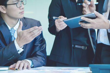 La vue ci-dessus de l'homme d'affaires discutant des données lors de la réunion Banque d'images