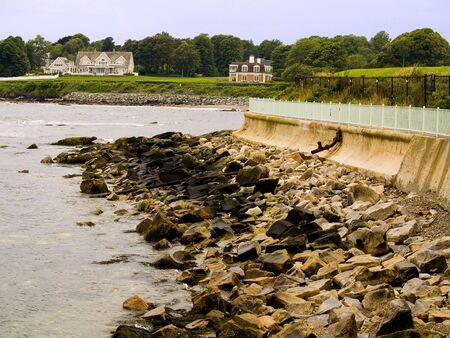 Newports Cliff Walk runs for over 3 miles along the coastline of Rhode Island. 版權商用圖片