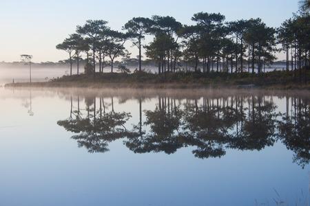 Ansicht des Reservoirs auf Sonnenaufganghimmelhintergrund.