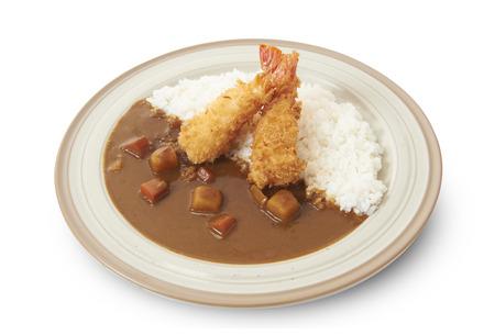 Percorso isolato e ritaglio di riso al curry giapponese con tempura di gamberetti. Archivio Fotografico - 87012305