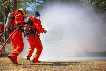 Firefighters are fighting fire with a  fire brigade 免版税图像 - 94792598