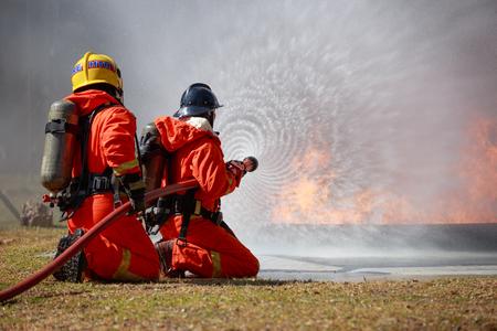 消防士は消防隊と消防と戦っている