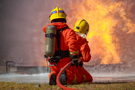 Firefighters are fighting fire with a  fire brigade 免版税图像 - 94752252