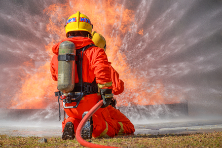 Firefighters are fighting fire with a  fire brigade 免版税图像 - 94792606